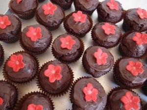Schoko-Muffins mit roter Blüte. Foto: Anett Noster White Rabbit