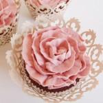 Cupcake in Form einer Rose mit Blütenblättern. Foto: Anett Noster White Rabbit