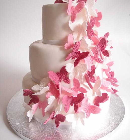 Hochzeitstorte 3-stöckig weiß rosa Schmetterlinge. Foto: Anett Noster White Rabbit Bremen