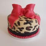 Torte mit Leopardenmuster und roter Schleife. Foto: Anett Noster White Rabbit