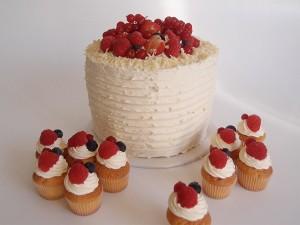 Beerentorte mit Mini-Cupcakes. Foto: Anett Noster White Rabbit