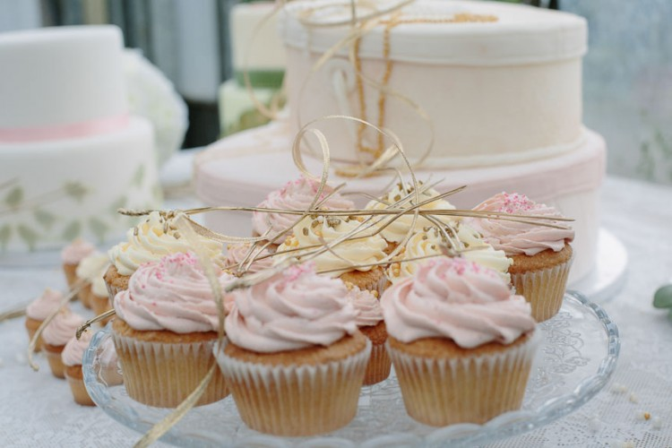 Rosa und gelbe Cupcakes. Foto: Sabine Lange