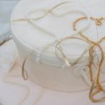 Hutschachteltorte mit Perlenketten in Herzform. Schwanenpaar auf 3-stöckiger Hochzeitstorte. Foto: Sabine Lange