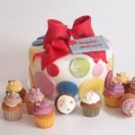 Hochzeitstorte bunte Punkte und passende Mini Cupcakes. Foto: Anett Noster White Rabbit