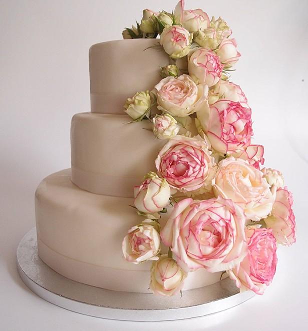 Hochzeitstorte mit echten rosa Rosen. Foto: Anett Noster White Rabbit