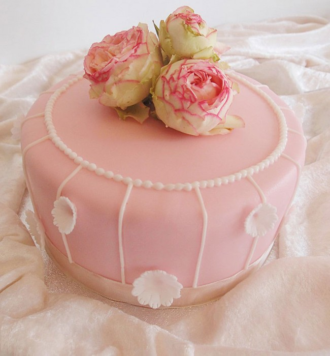 Hochzeitstorte rosa und weiss mit echten Rosen. Foto: Anett Noster White Rabbit