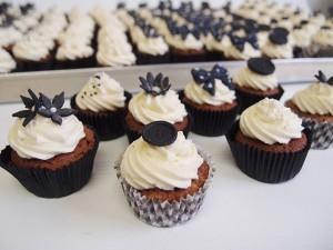 Mini-Cupcakes schwarz-weiß. Foto: Anett Noster White Rabbit