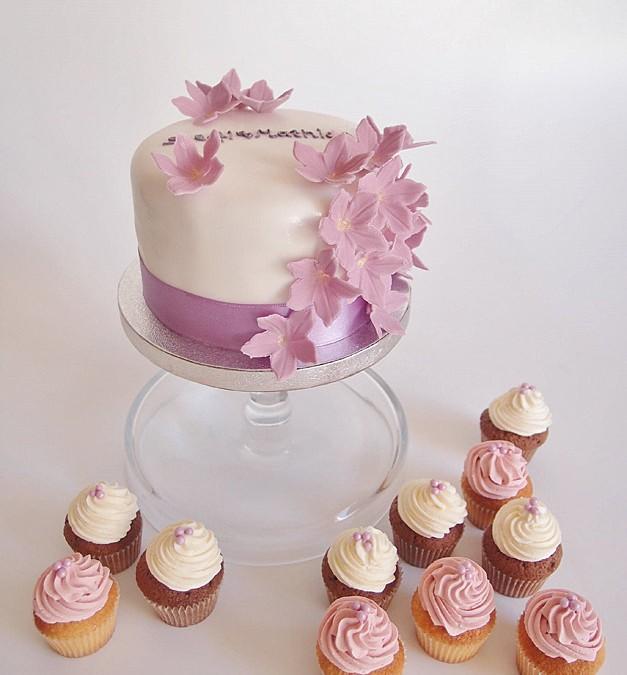 Mini Hochzeitstorte mit Mini-Cupcakes. Foto: Anett Noster White Rabbit