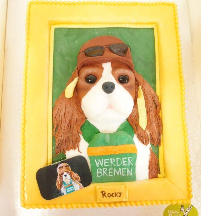 Eine Torte mit einem Hund, der einen Werder-Schal umhängen hat. Foto: White Rabbit Bremen