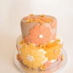 Eine zweistöckige Torte mit gelben Blüten. Foto: White Rabbit Bremen