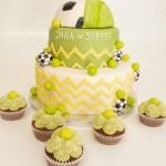 Eine Torte zur Hälfte aus Tennisbällen und Fußbällen, dazu passende Cupcakes. Foto: White Rabbit Bremen