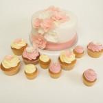 Blumentorte mit passenden Cupcakes. Foto: Anett Noster White Rabbit Bremen
