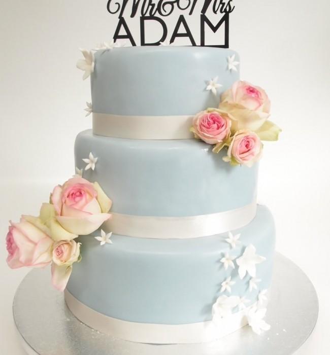 Eine hellblaue Hochzeitstorte Mr & Mrs Adam. Foto: Anett Noster White Rabbit Bremen